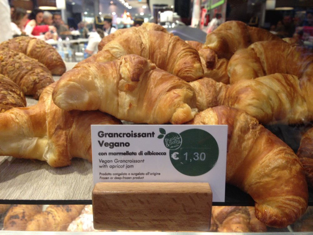 Moka Cafe, Firenze Station: vegan croissants, soy milk and the New York Times.