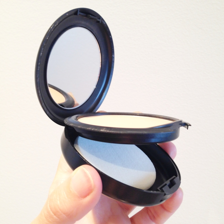MAC: A mirror and a sponge to easily apply on the run